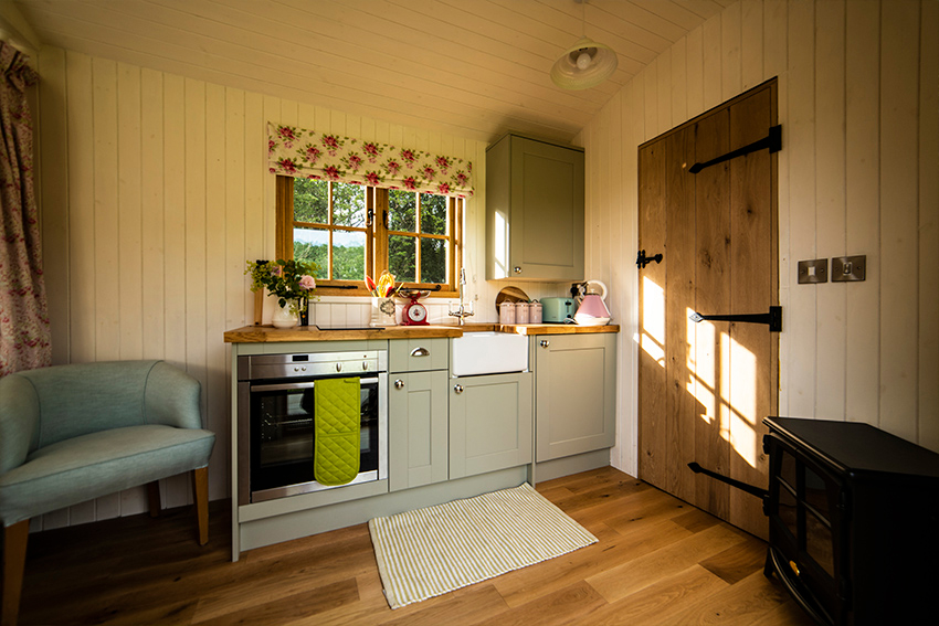 interiour-shepherds-hut,-glamping,-holiday